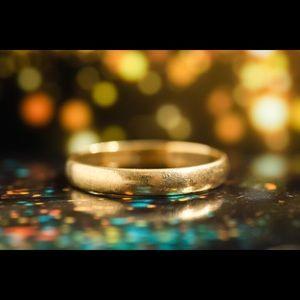 Gold band ( ring )